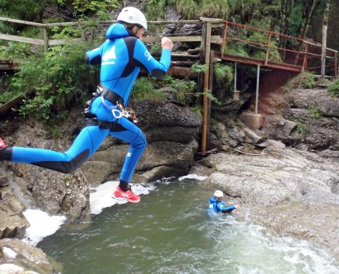 Springen beim Canyoning im Ostertalbach