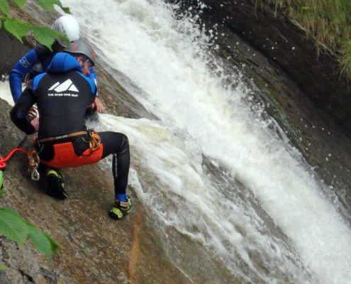 The Over and Out Canyoning-Guide an der Abschlussrutsche